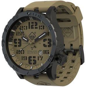 Reloj de titanio con tritio Hazard 4 Heavy Water Diver con manecilla GMT en Arid Brown y detalles en verde y amarillo